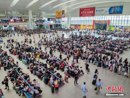 资料图:黄金周出游的民众。中新社记者 李南轩 摄