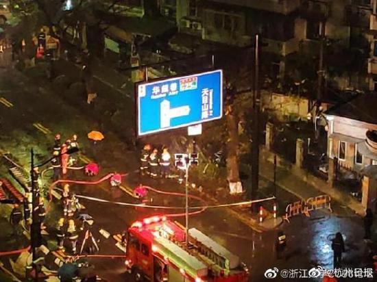 浙大玉泉校区附近道路坍塌长达十米 消防搜救犬已出动图片