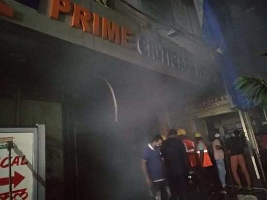 印度一家医院凌晨起火4人死亡:浓烟滚滚 墙体被烧黑