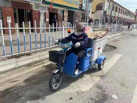 达日县这些人因骑摩托车没带头盔被抓拍曝光