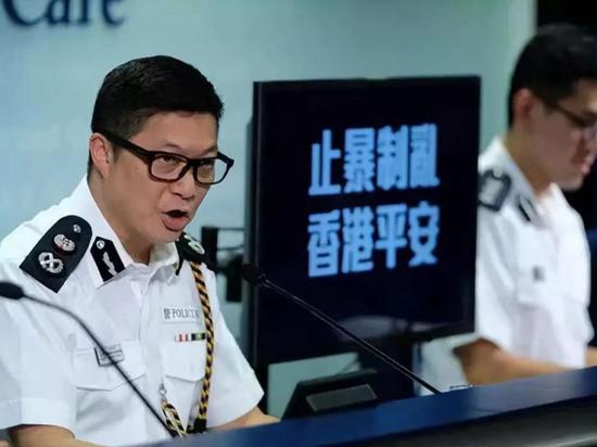 """港警""""一哥""""履新职!不惧炸弹包裹的他,要离开工作34年的警队也动情了"""