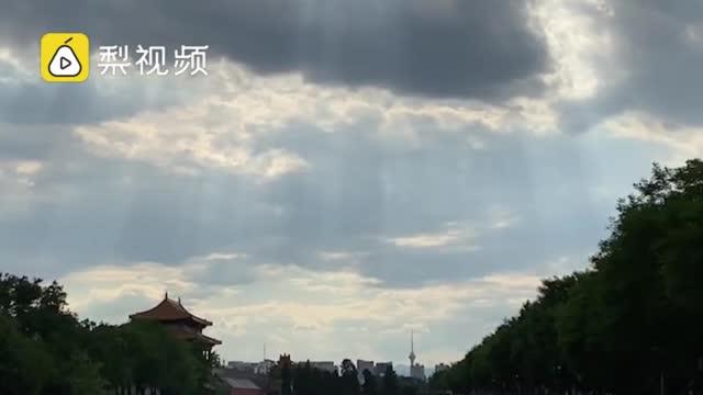 震撼!故宫角楼上空现云隙光