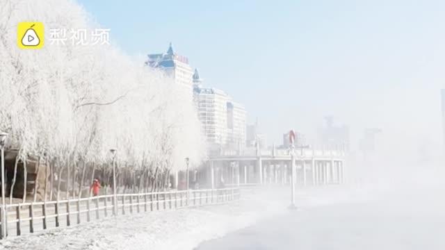 吉林松花江畔迎新年首场雾凇