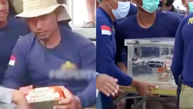 印尼失事客机一黑匣子打捞出水:众人合力抬出,由快艇运往雅加达