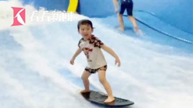 3岁童边哭边学冲浪