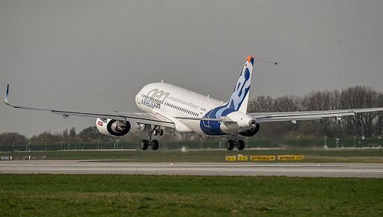 787-10机身长度7400英寸,相比同型号的飞机,其可以在超长距飞行中节省25%左右的油耗。这架飞机在2月一次总统特朗普的庆典活动上第一次出现,并且被宣传成能够成为波音经典机型777-200ER的新型替代产品。   波音已经接到了这架机型的149份订单,该飞机售价在3.128亿美元。其最大的客户是阿提哈德航空公司和新加坡航空每家都订了30架左右。  祝贺@波音 B787-10首飞。加上早些时候空客A319neo的首飞,今天是航空业的大日子! @空客 感谢空客&给你真心的祝贺。我们都致力于连