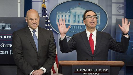 2017年4月26日,美国华盛顿,白宫国家经济委员会主任科恩(左)和美国财政部长姆努钦(右)公布特朗普的减税和税收改革计划。图片来源:视觉中国