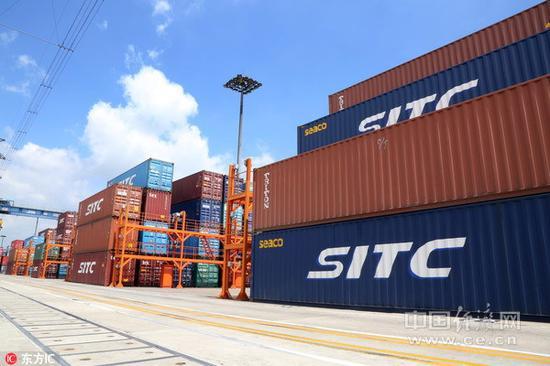 资料图片:上海外高桥港的集装箱货物。中国全国港口货物吞吐量和集装箱吞吐量连续十多年位居世界第一。(图片来源:东方IC)