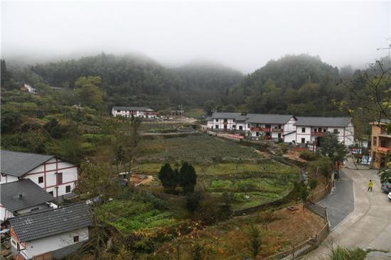 2016年11月10日,记者拍摄的江西省井冈山市茅坪乡神山村景色。 新华社记者 周密 摄