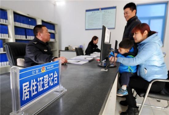 2016年2月18日,外来务工人员在河北省邢台市公安局桥西分局达活泉派出所咨询居住证办理流程。新华社记者 朱旭东摄
