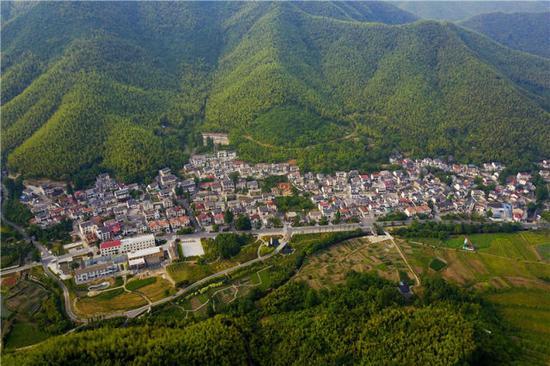 2017年6月8日,俯瞰浙江省安吉县天荒坪镇余村。新华社记者张铖摄