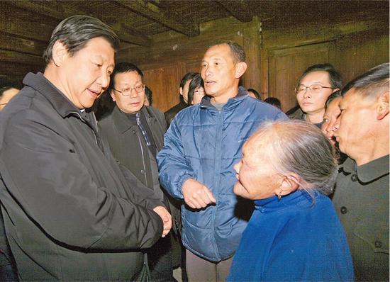 2007年1月23日,习近平在庆元县看望和慰问困难老人。浙江新闻客户端记者 周咏南 摄