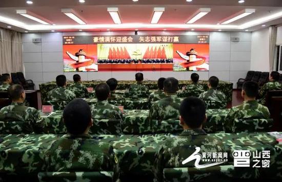 图片说明:武警长治支队官兵收听收看十九大新闻