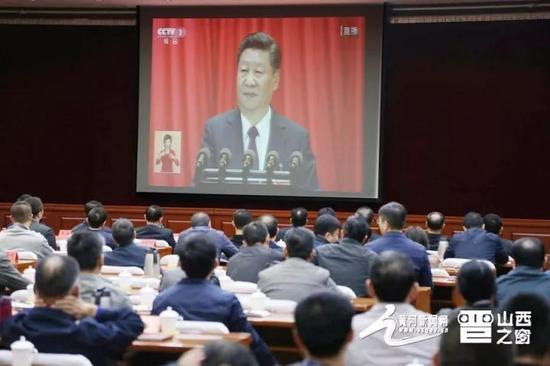 图片说明:山西省委机关党员干部正在收听收看十九大新闻