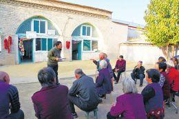图为贺星龙(站立者)在乐堂村为乡亲们传达党的十九大精神。 任国平摄
