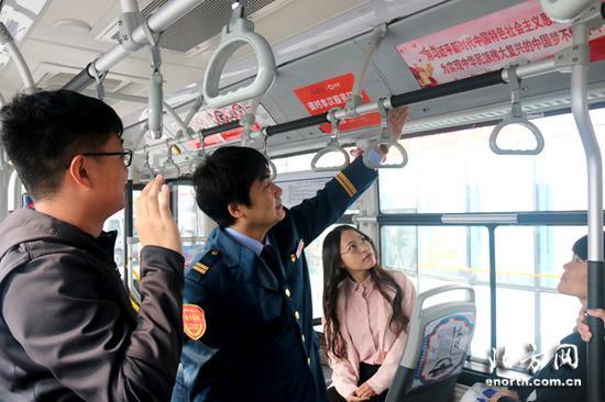 公交驾驶员丁禄峰学习十九大精神后在车厢为市民宣讲