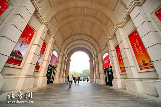 五大道管委会在民园广场门洞显要位置,张贴了党的十九大精神的大型宣传画