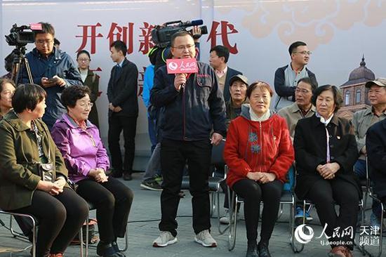 天津市宏源热力工程有限责任公司维修部主任常勇回答居民提问。唐心怡/摄