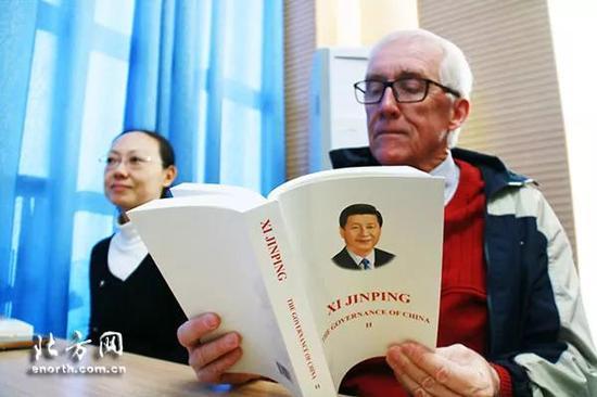 南开大学外籍教师阅读刚刚出版的《习近平谈治国理政》(第二卷,英文版)