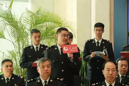 天津新港海关人事政工处政工科科长杨冰提问。孙晓川/摄