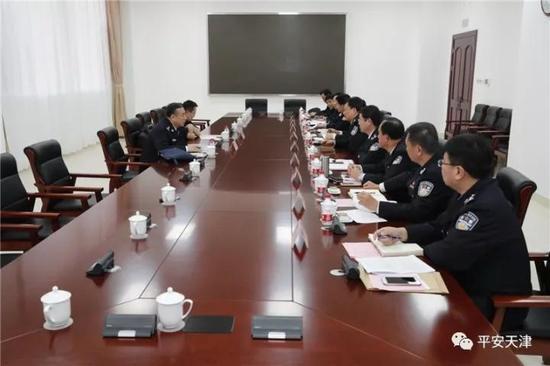 图为宣讲团成员在天津市公安局召开座谈会