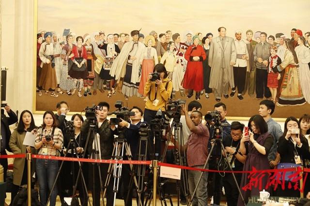 (中外媒体聚焦湖南代表团开放日。湖南日报·新湖南客户端记者 罗新国 摄)