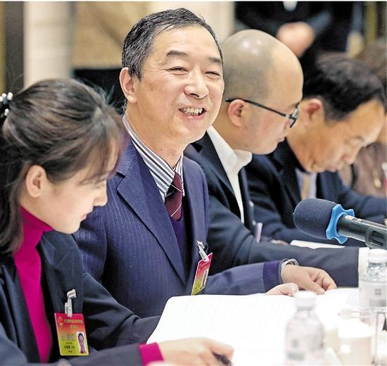 参加省十三届人大二次会议的各代表团认真审议政府工作报告。