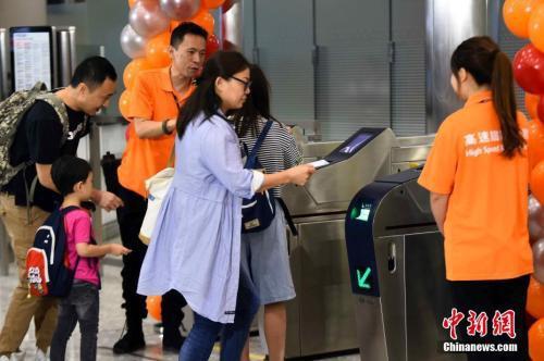 资料图:2018年9月23日清晨,高铁香港段正式通车。 中新社记者 麦尚旻 摄