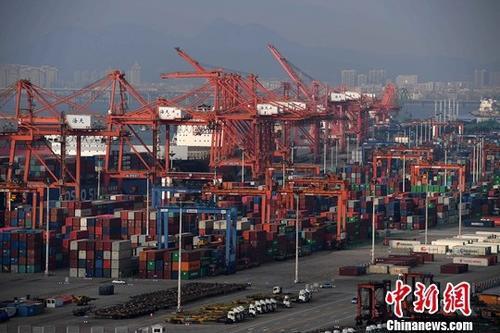 图为繁忙的厦门港。(资料图片)中新社记者 张斌 摄