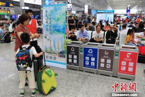 资料图:铁路上海虹桥站候车室内宣传垃圾分类知识。 殷立勤 摄