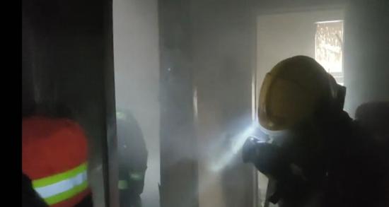 西安创汇社区高层住宅起火 西安消防及时赶到紧急灭火