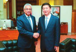 骆惠宁与毛里求斯总理贾格纳特亲切交流。官炜摄