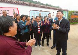 9月20日,省委书记骆惠宁在浮山县北王乡臣南河村考察时,与群众亲切交流。本报记者李联军摄
