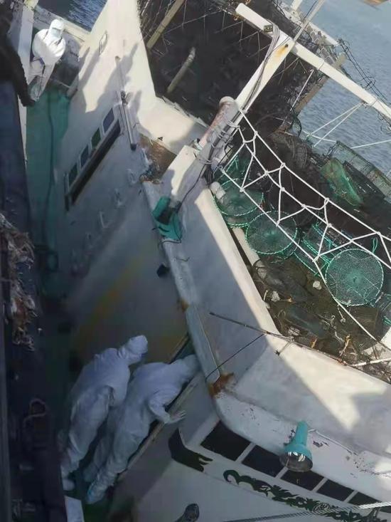 福建平潭多部门成功救援一艘遇险台湾渔船图片