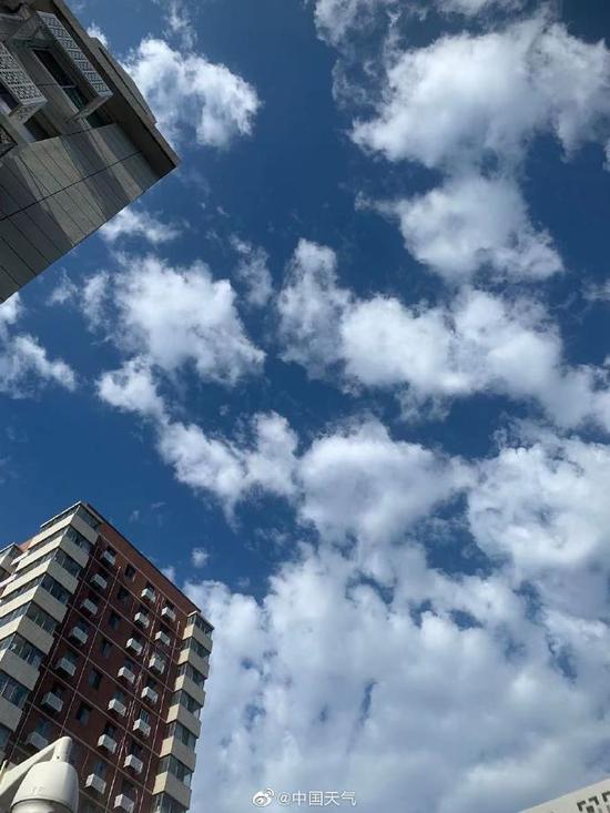 """看!今早北京湛蓝的天空飘来一朵朵""""棉花糖"""""""