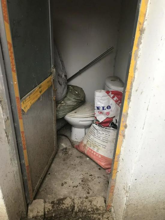 2019年11月27日,在安徽省肥东县石塘镇红光社区,村民家里已改厕实现的茅厕持久闲置,成了村民的杂物间 程士华 摄