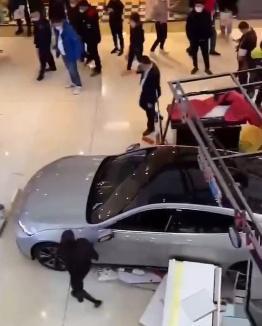 大连展销汽车失控 冲倒附近商家