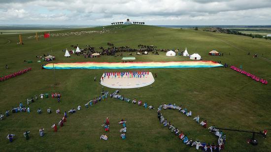 鄂温克族自治旗成立六十周年庆祝大会暨那达慕大会现场