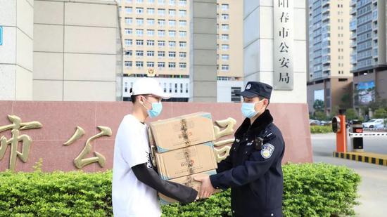 少年公安局门口捐600只口罩:用父亲牺牲的慰问金购买