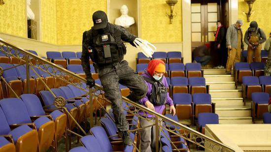 美国2名男子被捕 曾穿战斗服、带塑料手铐闯国会