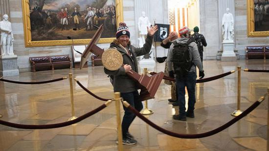 佩洛西的讲话台回来了 国会骚乱时被偷走(图)