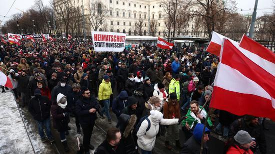 奥地利维也纳数千人游行抗议防疫封锁 多数人不戴口罩、亲吻拥抱