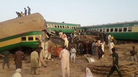 巴基斯坦南部两辆火车相撞 至少30人死亡(图)
