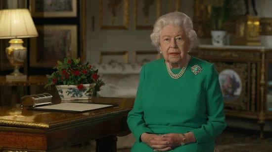 牛津大学这张女王画像被学生移除,英国教育部长急了