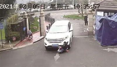 宁波一男童被卷进车底 现场视频惊心动魄!
