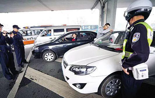 网约车在火车站、机场接单载客,一度受到严管。