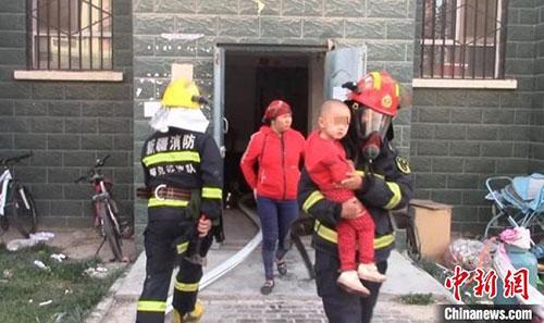 居民楼突发大火 消防员浓烟中让出呼吸器救出母子3人