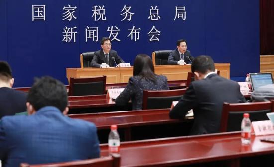"""新京报:全年税收收入下降2.6%,背后是减税降费助企业""""爬坡过坎""""图片"""