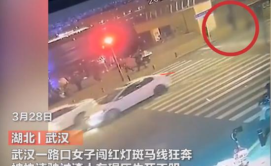 湖北武汉,女子闯红灯斑马线上狂奔,不幸惨被渣土车碾压