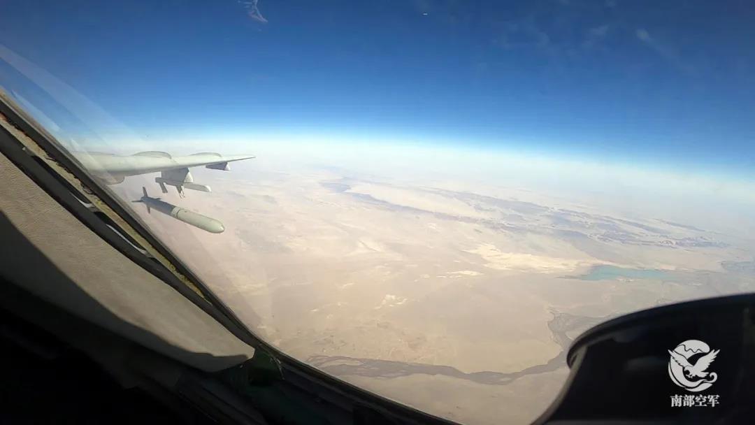 长空亮剑!轰-6K发射巡航导弹画面首次公开图片